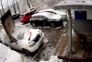 Una enorme placa de hormigón cae desde un edificio, aplasta su coche y se salva por los pelos