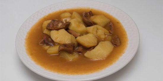 Patatas con níscalos, un guiso otoñal y delicioso