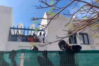 El Quilombo / Cubren con plásticos las fachadas de los hoteles de lujo para que no se vea a los inmigrantes