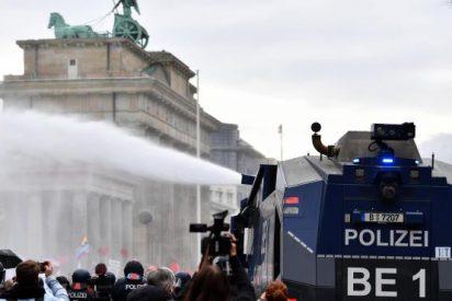 La Policía alemana reprime con cañones de agua la protesta contra las restricciones del COVID-19