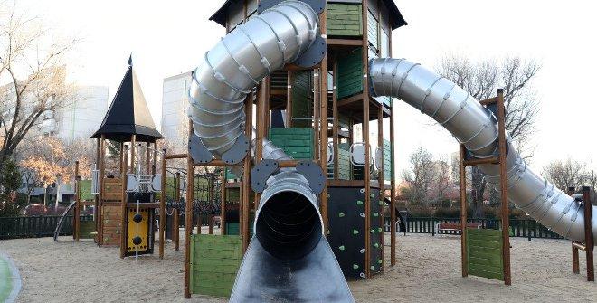 Cuatro adultos se golpean salvajemente en un parque infantil tras la disputa de sus hijos por un tobogán
