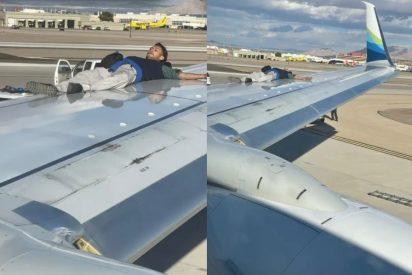 El tipo se sube al ala cuando el avión está a punto de despegar y este es el doloroso desenlace