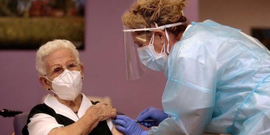 Andalucía tiene un plan para administrar 400.000 vacunas a la semana... cuando Sánchez las haga llegar