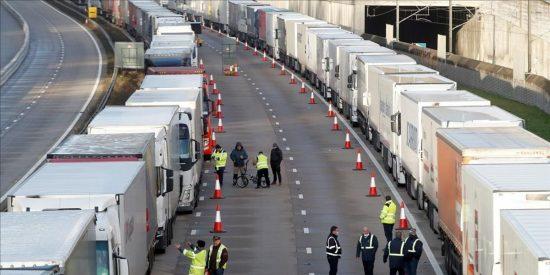 """Los camioneros españoles, abandonados por el Gobierno PSOE-Podemos, alertan de que el atasco aún """"va a durar días"""""""
