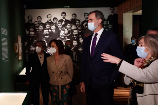 """Estocada monárquica a la república: Felipe VI inaugura la exposición de Azaña con gritos de """"¡Viva el Rey!"""""""