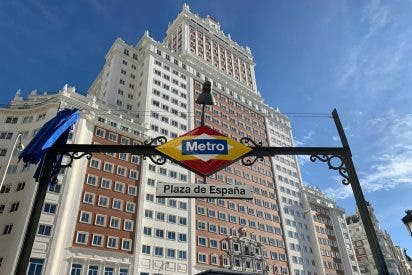 Ayuso cambia los colores del rombo del Metro de Plaza de España por los de la bandera española