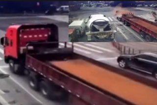 El camión que frena en seco y es 'decapitado' por la plancha de hierro que lleva en la caja
