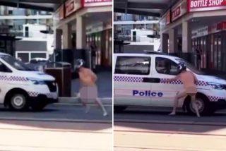 El instante en el que un tipo desnudo y con casco de moto da el alto a un furgón policial y salta al asiento trasero