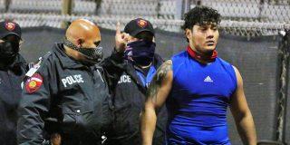 Este hercúleo jugador de fútbol americano 'tumba' al árbitro tras ser expulsado por juego duro