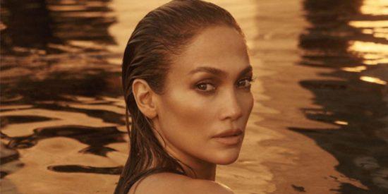 Jennifer Lopez demuestra que está maciza en un ajustado traje de baño verde