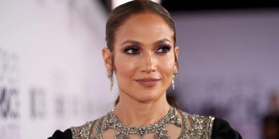 Jennifer Lopez deslumbra en Instagram con un vestido rojo largo, sin mangas y muy sensual