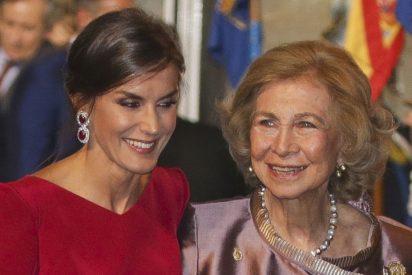 """Pilar Eyre: """"La Reina Sofía regaló a Letizia en su primera Nochebuena un feo pijama de franela y zapatillas a juego"""""""