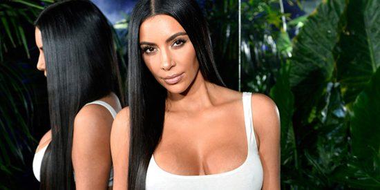 El cuerpazo de Kim Kardashian brota a través de un minibikini negro