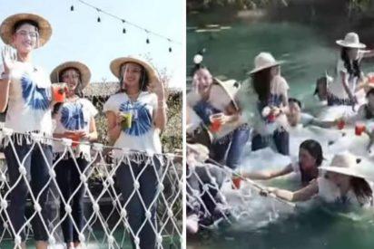 Las 30 reinas de belleza caen a plomo al agua al derrumbarse el puente en el que posaban
