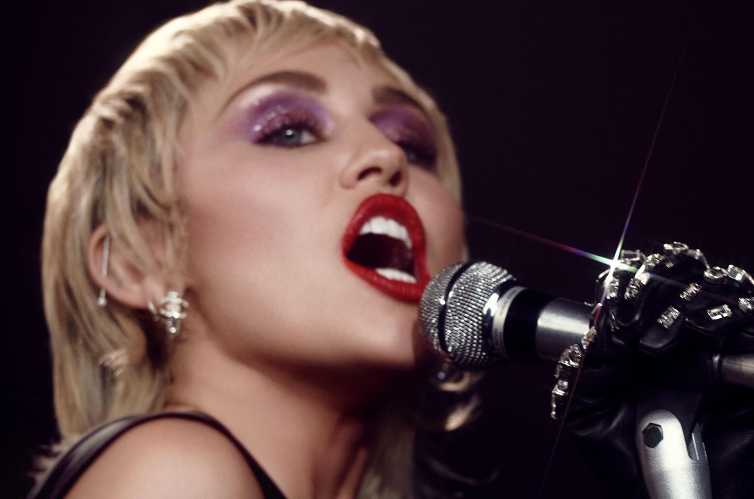 Miley Cyrus apuesta por el 'topless' para mostrarse como una sensual dominatrix navideña