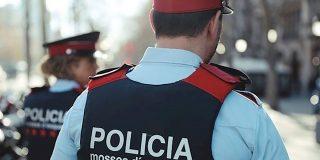 Más de 40 violentos apalean a dos mossos en el barrio Gótico de Barcelona