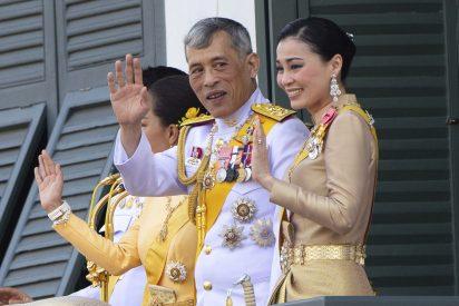 Acusan a la reina de Tailandia de filtrar fotos sexuales de la amante oficial del rey Rama X