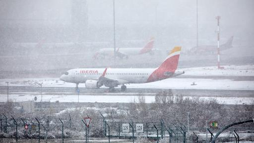 El Aeropuerto de Barajas cierra todo el sábado por el temporal de nieve