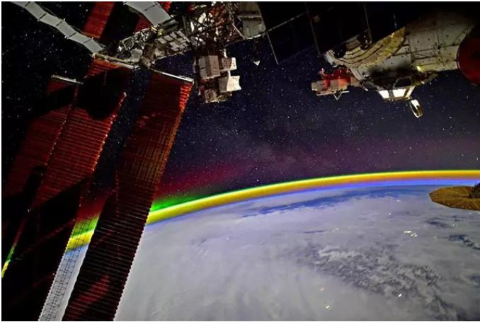 Un cosmonauta toma una fotografía de un espectacular arcoíris espacial