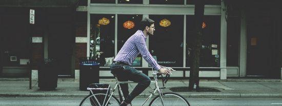 DGT: los coches deberán reducir en 20 km/h la velocidad máxima permitida al adelantar a bicicletas