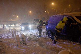 Ejército, Policía, Emergencias y Bomberos se lanzan contrarreloj al rescate de conductores atrapados por la nieve