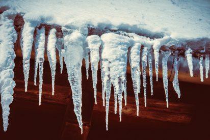 La rusa de los nervios de acero: se salva por un segundo del enorme bloque de hielo y ni pestañea