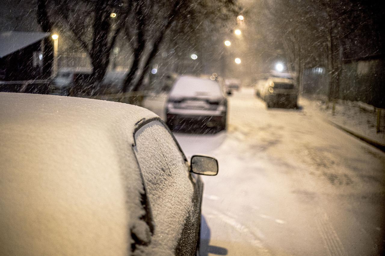 Frío: lo que no debes hacer para quitar la nieve o el hielo del coche