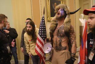 Jake Angeli, el 'bisonte' del asalto al Capitolio, no come desde que fue arrestado porque le sienta mal la comida 'no orgánica'