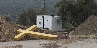 La alcaldesa comunista de Aguilar de la Frontera tira a la basura la cruz de Cristo