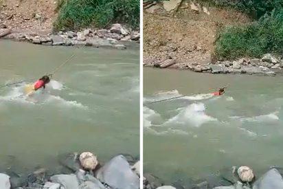 El drama detrás de las imágenes de la niña indígena que cruza a contracorriente un río torrencial