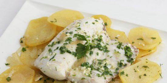 Receta: merluza al horno con patatas panaderas y cebolla