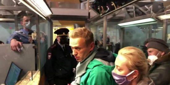 El opositor Navalny, máximo rival de Putin, arrestado en el aeropuerto apenas regresar a Rusia