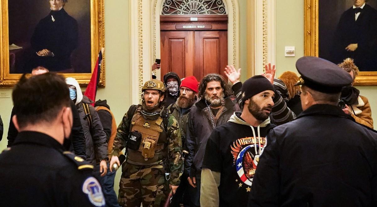 Sube a cuatro la cifra de muertos durante el asalto al Congreso de miles de exaltados jaleados por Trump