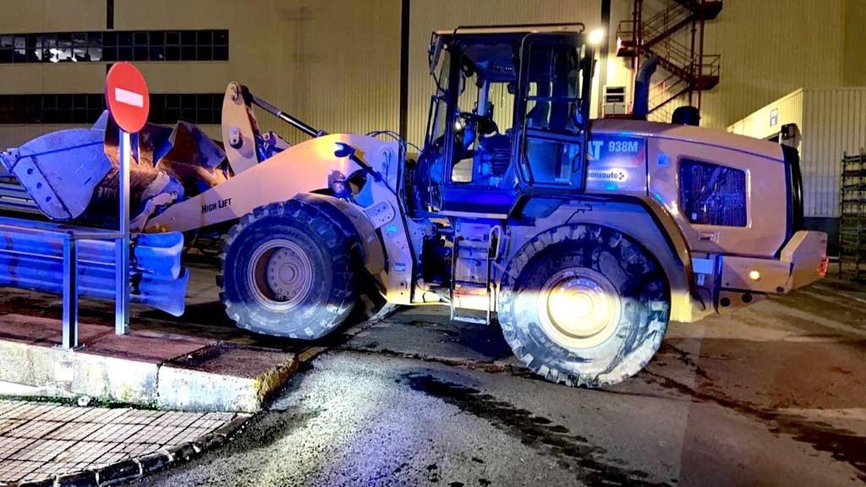 Un ex empleado cabreado roba un retroexcavadora y destroza 50 furgonetas nuevas en la fábrica de Mercedes