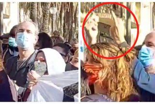 Cazan al comunista Willy Toledo haciendo peinetas a Ignacio Garriga en un acto de VOX en Badalona