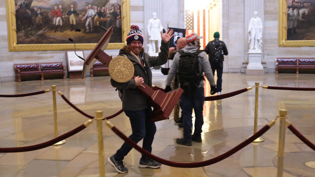 Este es Adam Johnson y subasta en eBay el atril que se llevó a casa tras asaltar el Capitolio
