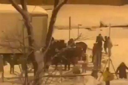 Los vecinos saquean un camión atrapado en la M-30 de Madrid, que transportaba 20.000 kilos de comida