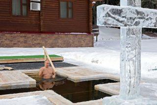 Vladimir Putin se zambulle en agua helada, a 20 grados bajo cero, para celebrar la Epifanía ortodoxa