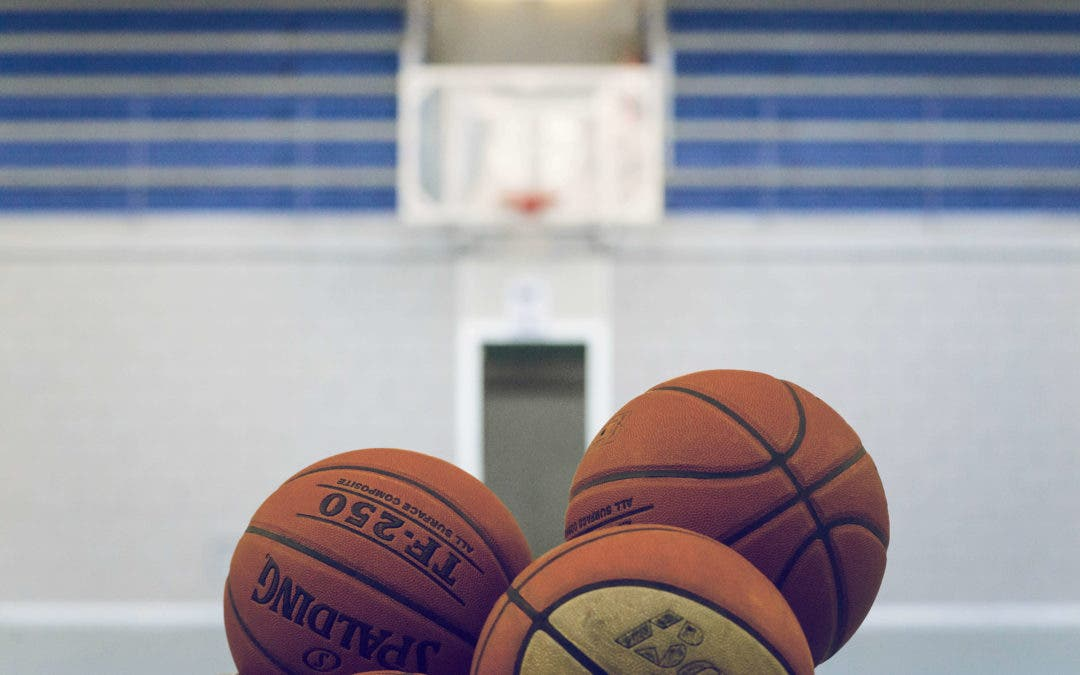 El entrenador de baloncesto acusado de abuso de menores 'echa balones fuera' y culpa a dos niños de acogida