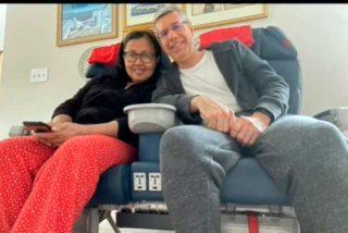 Extrañaba tanto viajar en avión que se compró un par de asientos de primera clase para su casa