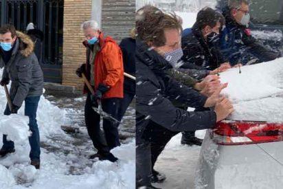 Iglesias comenta discos de Barricada desde su mansión de Galapagar mientras Casado y Almeida pelean contra la nieve