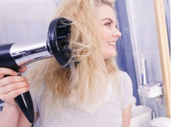 secar el pelo rizado con difusor