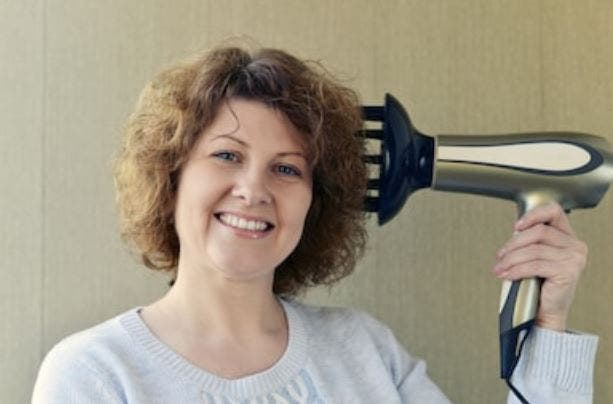 Cómo secar el pelo rizado con secador