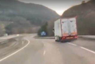 El aterrado conductor del coche que va detrás graba el brutal vuelco de un camión de combustible