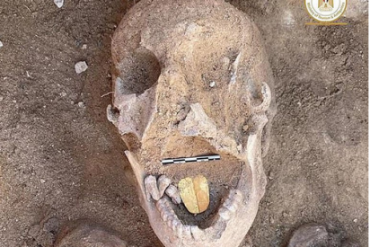 Arqueólogos hallan una momia de 2.000 años y con una lengua de oro en la boca