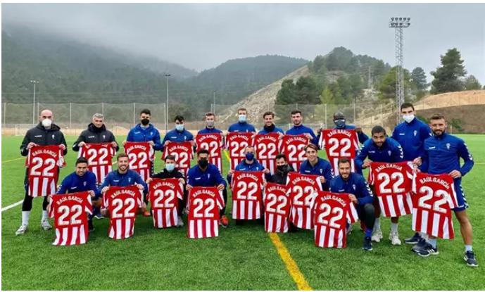 Nuevo tributo al Alcoyano: reciben 20 camisetas de Raúl García