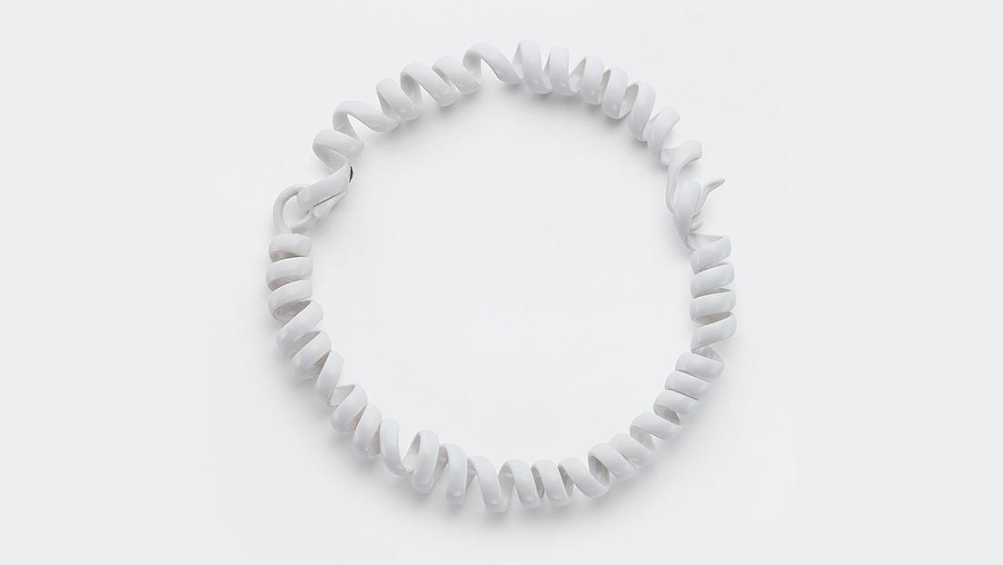 La casa de modas Bottega Veneta vende este cable con forma de collar a 2.000 euros...y la gente compra