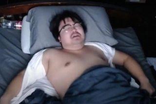 El  'youtuber' Asian Andy gana 16.000 dólares por dejar que sus seguidores le molesten mientras duerme