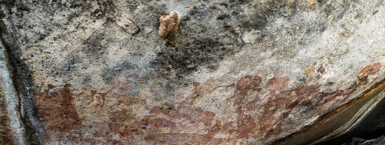 Descubren pinturas rupestres de enigmáticas figuras antropomorfas con grandes cabezas de animal