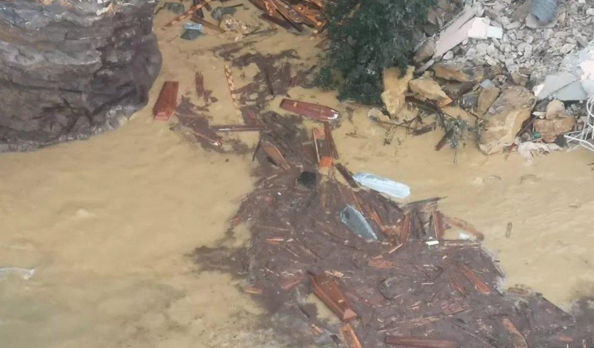Un cementerio se derrumba desde un acantilado en Italia y deja el mar lleno de ataúdes
